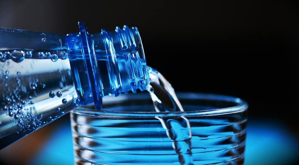 Glas water, water